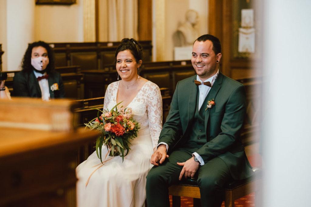 Jeunes mariés heureux à la commune d'Ixelles