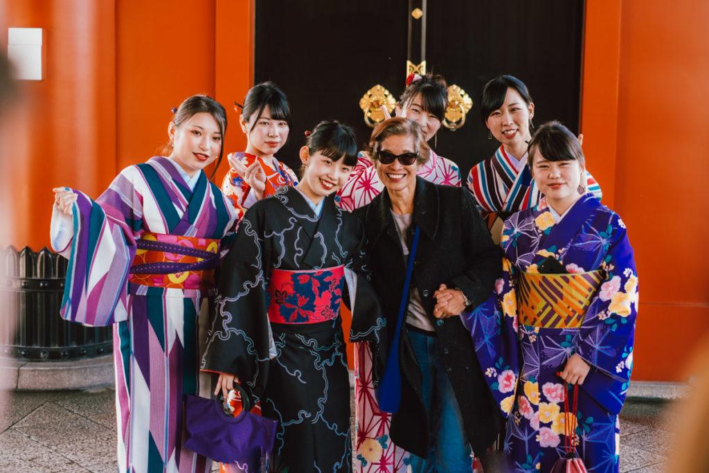 Touristes japonais qui se prennent en photo à Asakusa