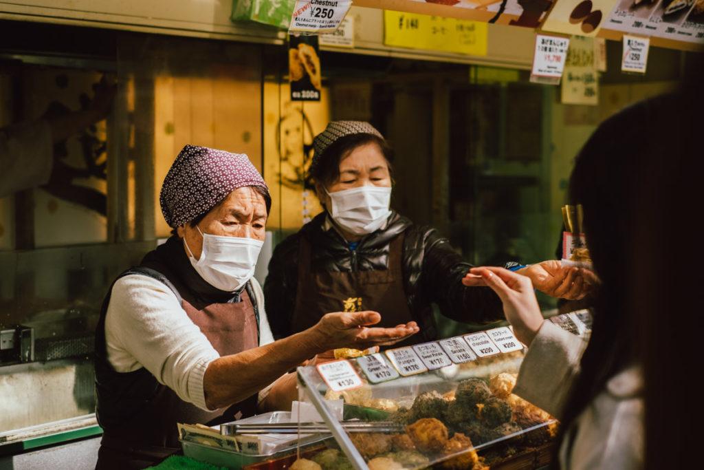 Sur le marché de rue d'Asakusa