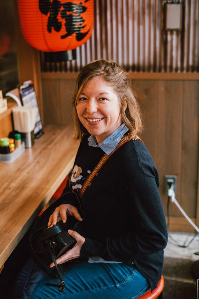 Femme dans un restaurant japonais à Tokyo