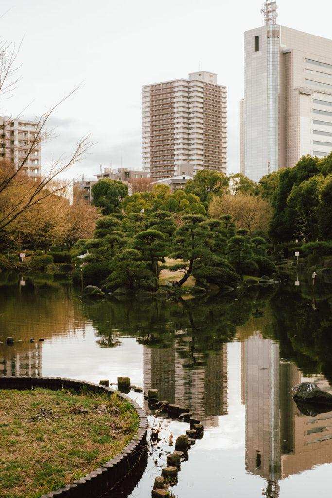 Reflet de bâtiment dans l'eau d'un parc au Japon