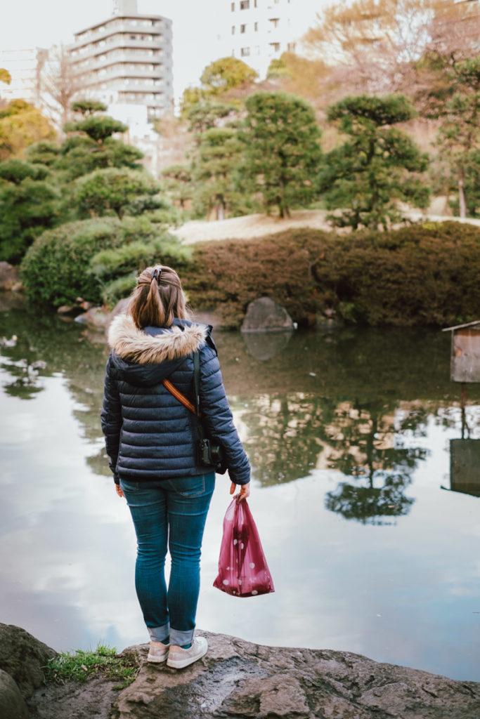 Femme dans un parc au Japon