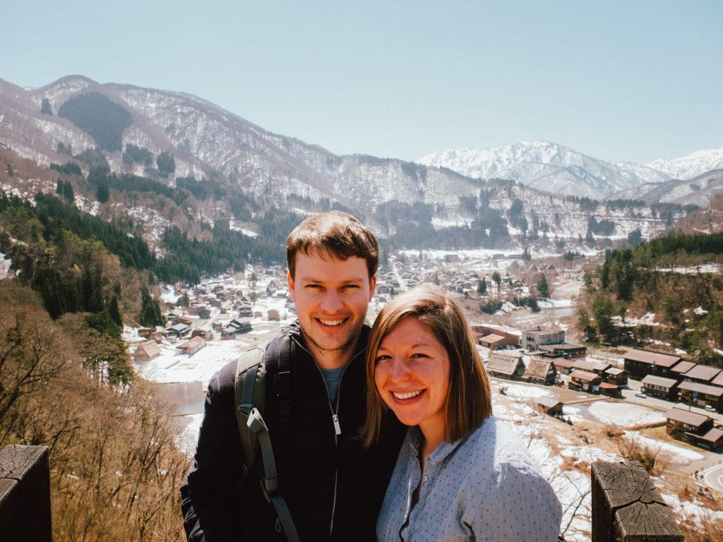 Portrait de couple en haut du village de Shirakawa-go dans les alpes japonaises