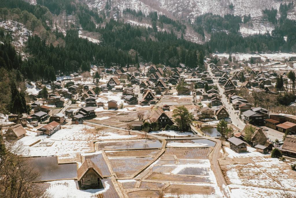 Vue d'en haut du village de Shirakawa-go dans les alpes japonaises