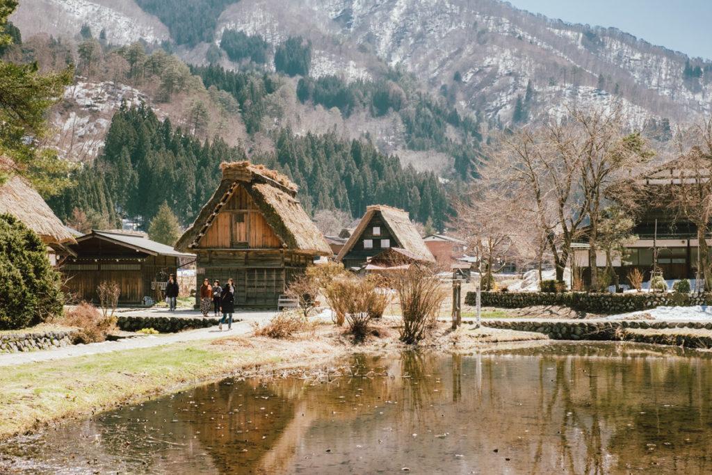 Le magnifique village de Shirakawa-go dans les alpes japonaises