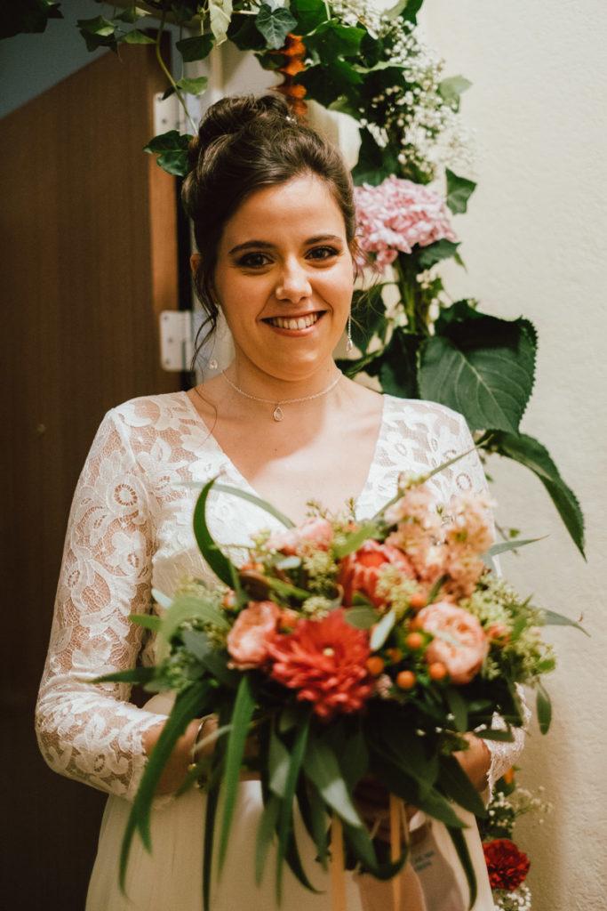 Jeune mariée avec son bouquet lors des préparatifs à Ixelles