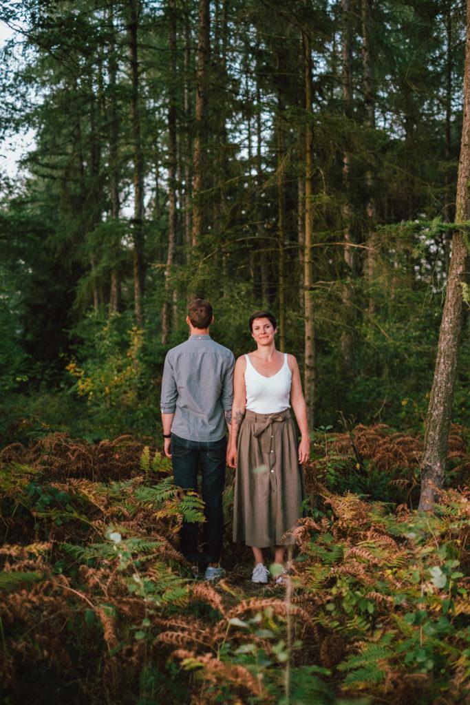 Séance couple dans les bois au coucher de soleil dans la région de Namur