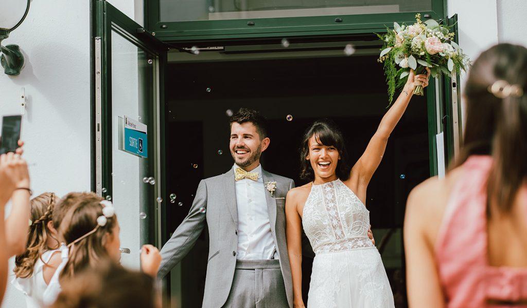 Sortie de la mairie des mariés à la commune de Pornic en France
