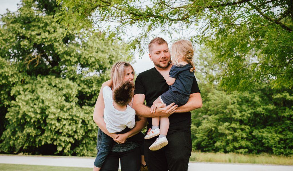 Photo de famille avec 2 enfants au Château de la Hulpe en été